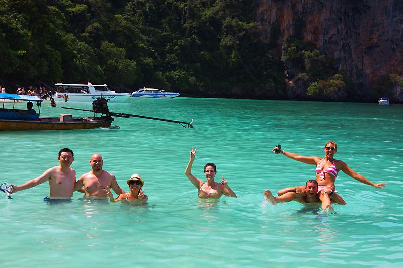 """Koh Phi Phi Speedboot-Tour ... hier mit einer Gruppe von Hotelgästen des """"Zeavola""""-Resorts. Ich war mit dabei."""