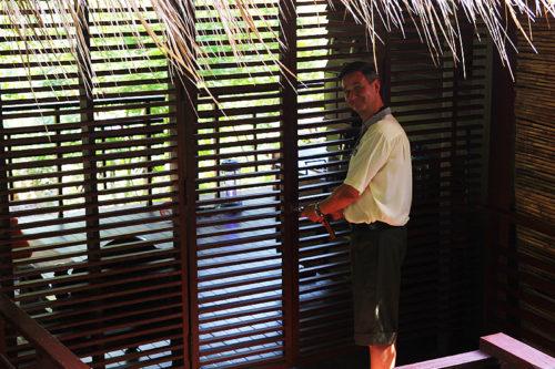 GM Florian Hallermann führt Nathalie Gütermann durch sein ZEAVOLA Resort auf Phi Phi Island