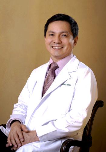 """""""Thailand Lifestyle""""-Tipp von Nathalie Gütermann:PLASTIC SURGERY in der """"SAMITIVEJ""""-KLINIK IN BANGKOK. Hier: Chefarzt Dr. Pichit"""