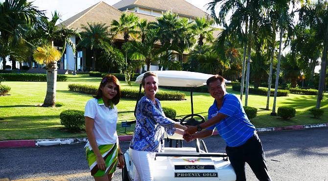 Nathalie Gütermann mit Club-Direktor auf dem Phoenix Gold Golf Course in Pattaya