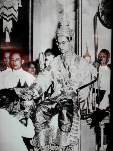 König Bhumibol bei seiner Krönung. Foto im Nationalmuseum Bangkok