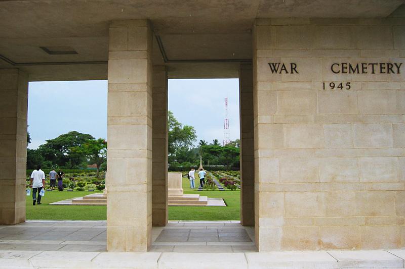 <p>Unweit der Zugstation befinden sich die Gräberfelder. Wenn man heute die beiden Kriegsfriedhöfe in Kanchanaburi betritt...</p>