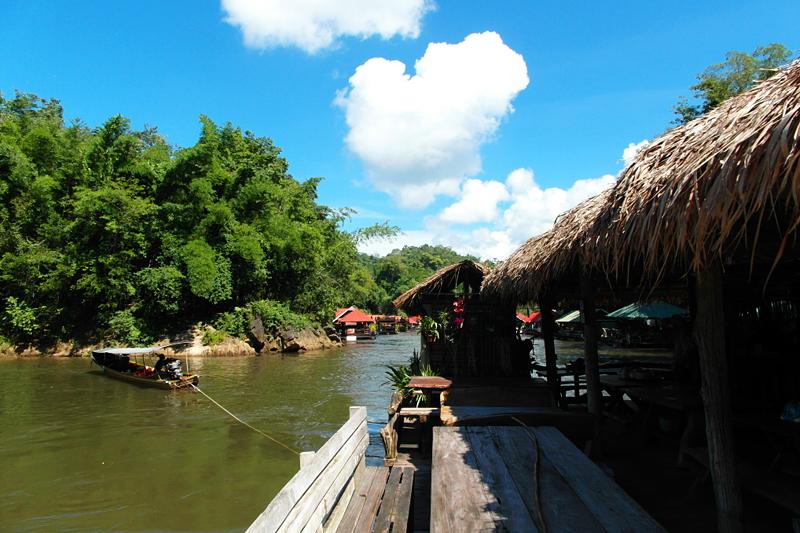 <p>Gemächlich wird unser Floss mitsamt Restaurant über den Fluss gezogen.</p>