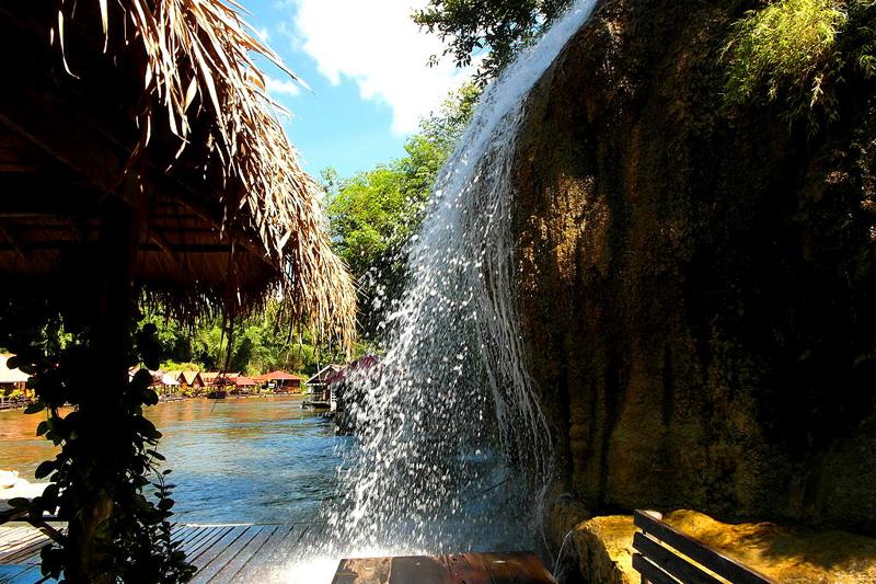 <p>Heftig und mächtig rauschen die Wassermassen über den Felsvorsprung.</p>