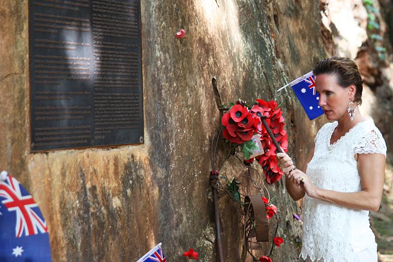 <p>...verharrte an den Gedenkstätten und Fotos der Gefallenen...</p>
