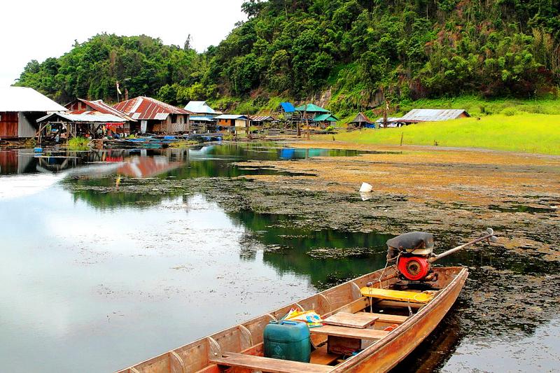 <p>Kleine Fischerdörfer und Fischfarmen wurden hier in den See hineingebaut.</p>