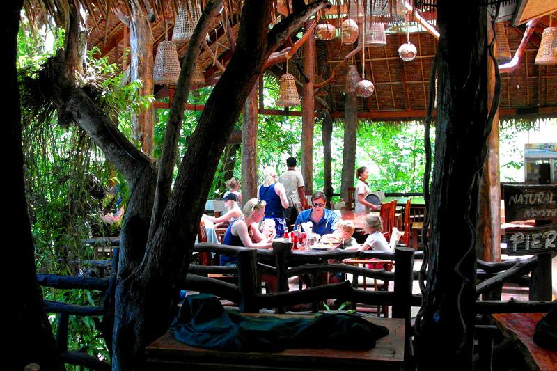 <p>Noch schnell ein paar thailändische Köstlichkeiten im River-Restaurant...</p>