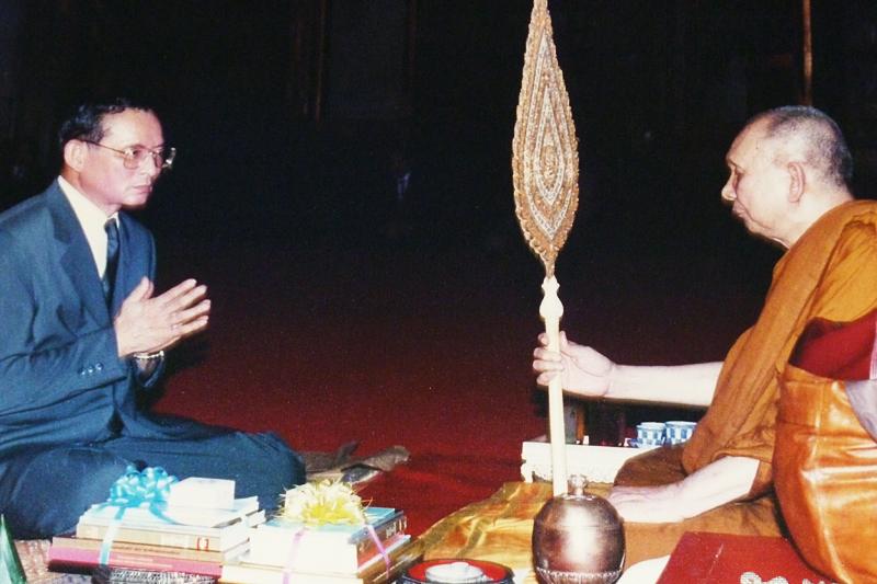 Der oberste Patriarch Somdet Phra Yanasangwon mit König Bhumibol