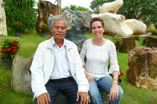 "Thailand Lifestyle Tipp: ""Million Years Stone Park"" in Pattaya. Hier: Nathalie und der Park-Besitzer"