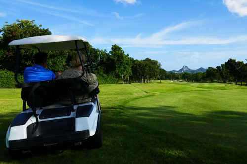 """Thailand Lifestyle Tipp von Nathalie Gütermann: Phoenix Golf Course mit Blick auf den """"Buddha Mountain"""" in Pattaya"""