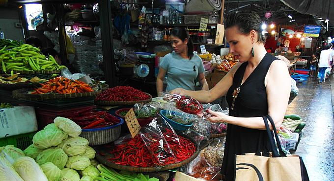 """Thailand-Lifestyle.com - Insider Tour: """"Bangkok bei Nacht & Streetfood"""". Hier kaufe ich ein paar Gewürze in Chinatown."""