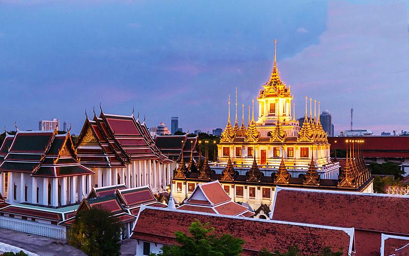 "Thailand-Lifestyle.com - Classic Tour: ""Bangkoks Altstadt"". Hier der ""Loha Prasat"" abends"