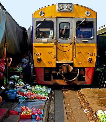 "Thailand-Lifestyle.com - Insider Tour ""Thai Lifestyle"": Maeklong Railway Market"