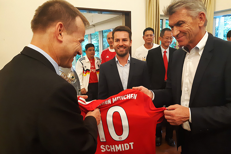 Klaus Augenthaler überreicht S.E. dem Botschafter Georg Schmidt...