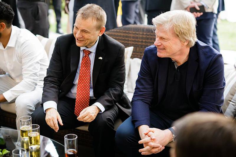S.E. der deutsche Botschafter Georg Schmidt mit Oliver Kahn. Foto: Facebook/Oliver Kahn