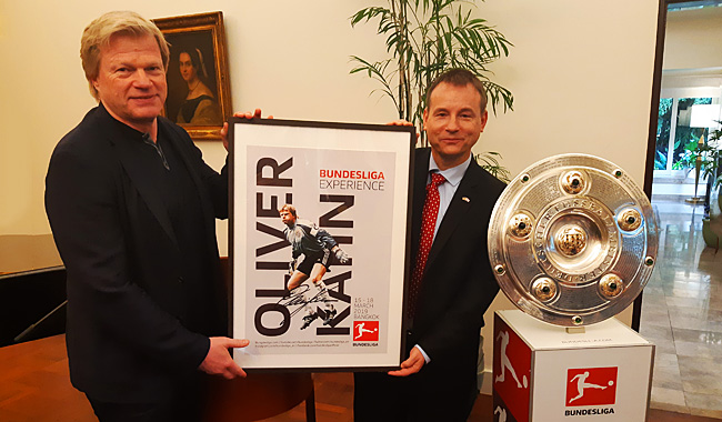 Oliver Kahn mit S.E. Georg Schmidt, dem Deutschen Botschafter in Thailand: Foto: Deutsche Botschaft