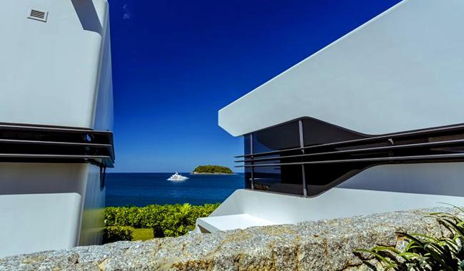 Das Kata Rocks Resort auf Phuket kooperiert mit der Singapur Yacht Show. Die Bungalows des Design-Resorts sind gebaut wie Yachten. Foto: Nathalie Gütermann