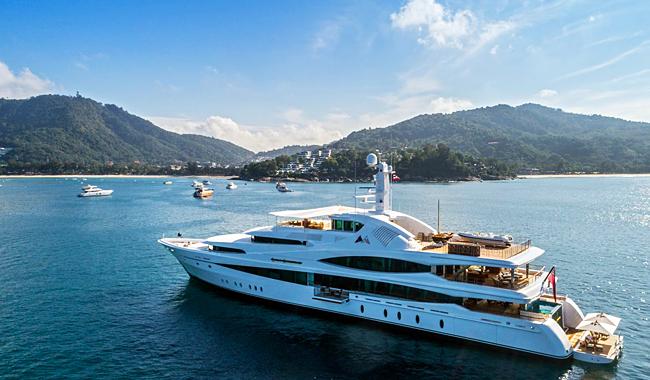Luxusyacht vor dem Kata Rocks Resort. Das nächste Kata Rocks Superyacht Rendezvous findet vom 12. - 15. Dezember 2019 auf Phuket statt. Foto: KRSR