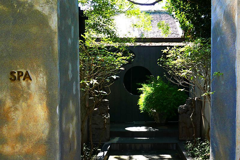 Hier der ganz einfache, aber äußerst zauberhafte Wellnessbereich im Garten.