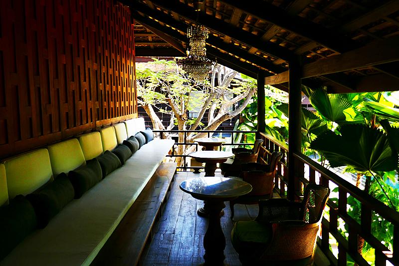 Lounge-Bereich im Haupthaus mit Blick über die Residenzen.