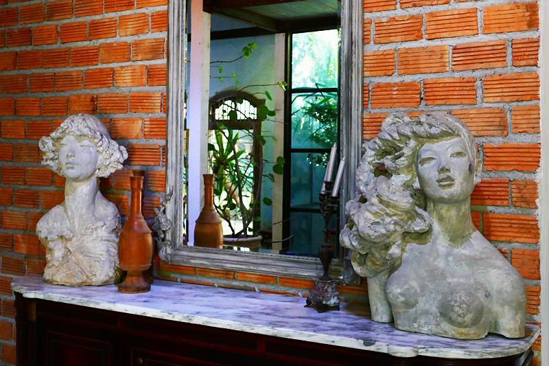 Überall präsent: die verführerischen und zum Teil erotischen Skulpturen von Chamian.