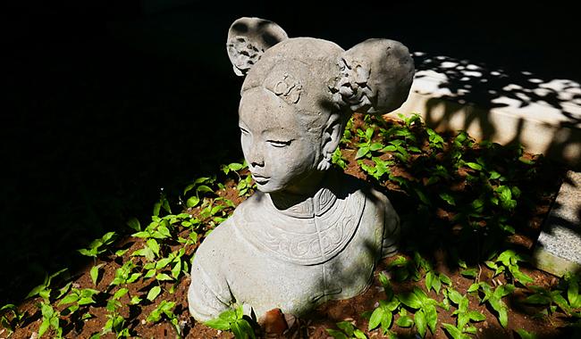 Skulpturen des Künstlers Chamnian Thongma finden sich überall