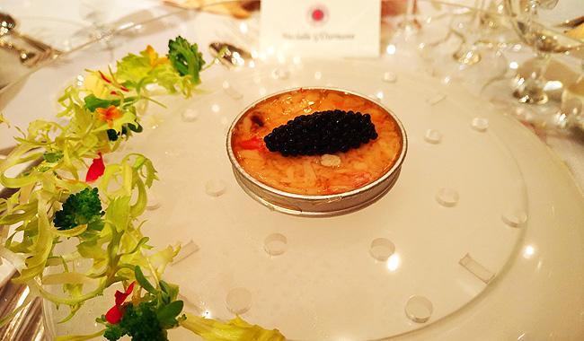 """Kulinarische Meisterwerke: Hier eine """"Spider crab with lobster jelly & caviar"""" als Vorspeise. Foto: Nathalie Gütermann"""