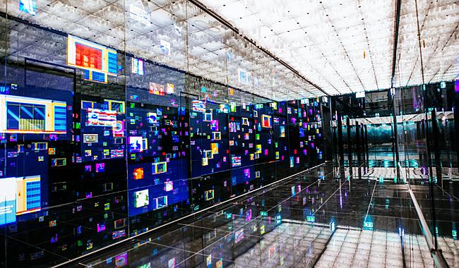 """Es beginnt schon gut: hier der """"digitale Korridor"""" beim Gang zu den Aufzügen im Mahanakhon Tower"""