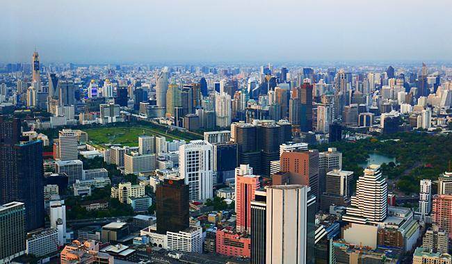 Blick auf Bangkok vom Mahanakhon Skywalk im 75. Stock des Towers