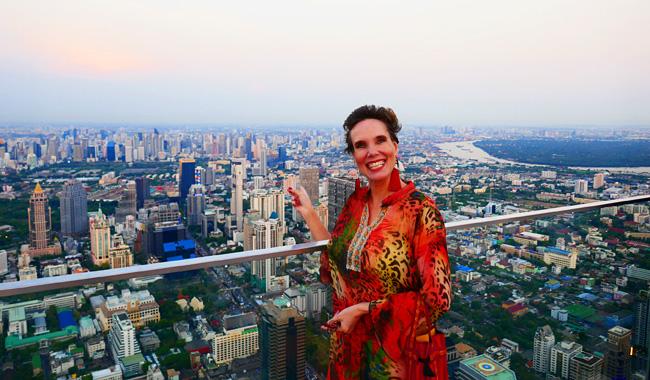 Nathalie Gütermann lässt sich auf dem Mahanakhon Skywalk den Wind um die Nase wehen.