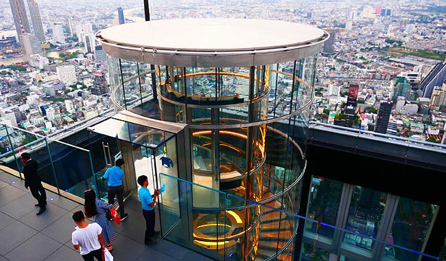 Gläserne Aufzüge bringen die Besucher in den 75. Stock des Mahanakhon Tower. Dann steht man auf dem höchsten Rooftop in Bangkok!