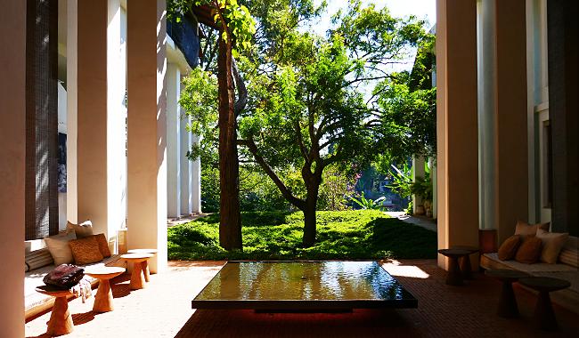 """Thailand Lifestyle präsentiert: das Landhotel """"Raya Heritage"""". Hier: Blick von der Lobby ins Grüne"""