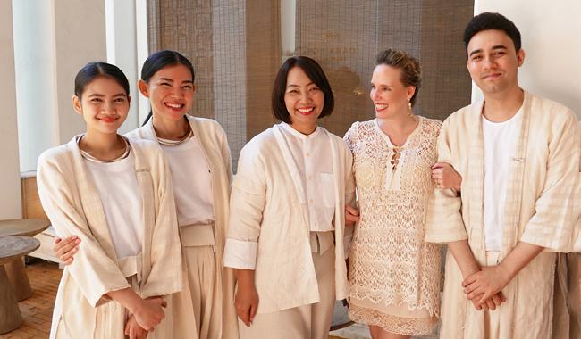 """Das Team des """"Raya Heritage"""". Neben mir: Hoteldirektorin Khun Naphat"""