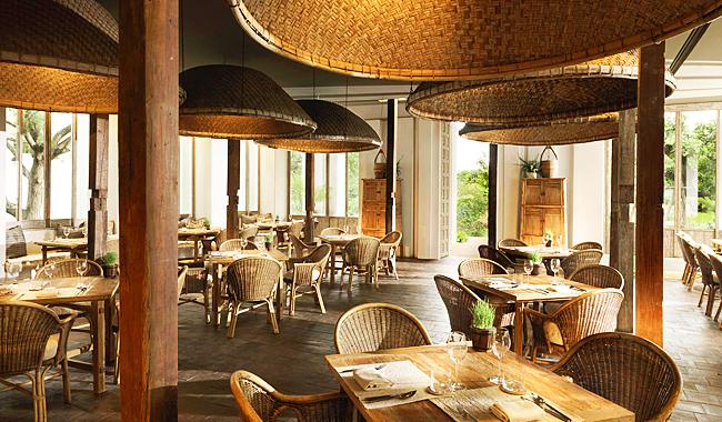 Restaurant Khu Khao. Higlight: die gigantischen Deckenlampen im Stil der traditionellen Reisdampfkörbe
