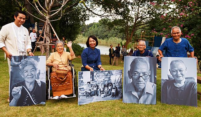 """Die in der Ausstellung abgebildeten """"Living Legends"""" (Lebenden Legenden) neben Hotel-GM Khun Naphat im Raya-Park"""
