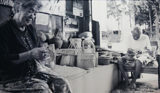 "Khun Mae Buakloew Kaewsamut im ""Par Bong"" Basket Village in Chiang Mai (Bilder der Ausstellung ""Tracing the fading legacy"")"
