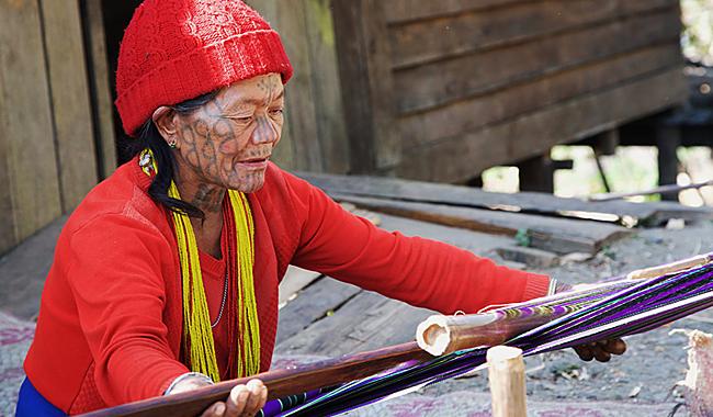 Eine Frau des Chin-Volkstammes in Myanmar mit legendärem Gesichts-Tattoo