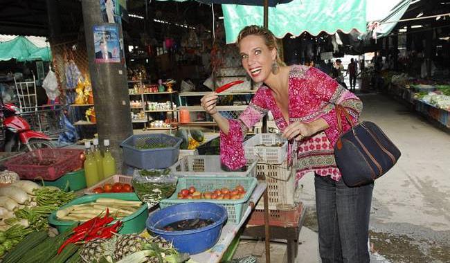 Nathalie Gütermann auf einem typischen Thai Markt in Bangkok.