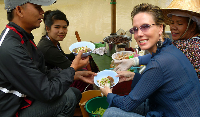 Nathalie Gütermann bestellt typisches Garküchen-Food an einem schwimmenden Markt.